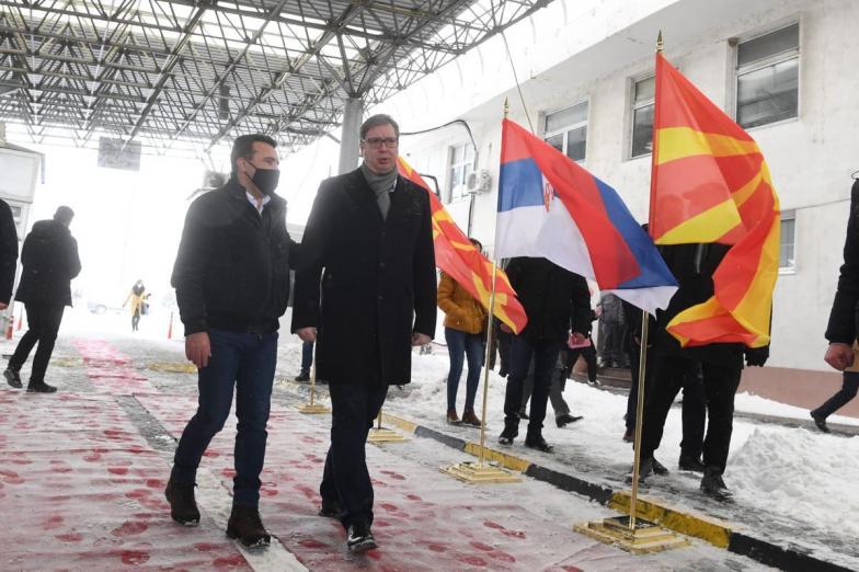 Председник Вучић уручио вакцине Северној Македонији